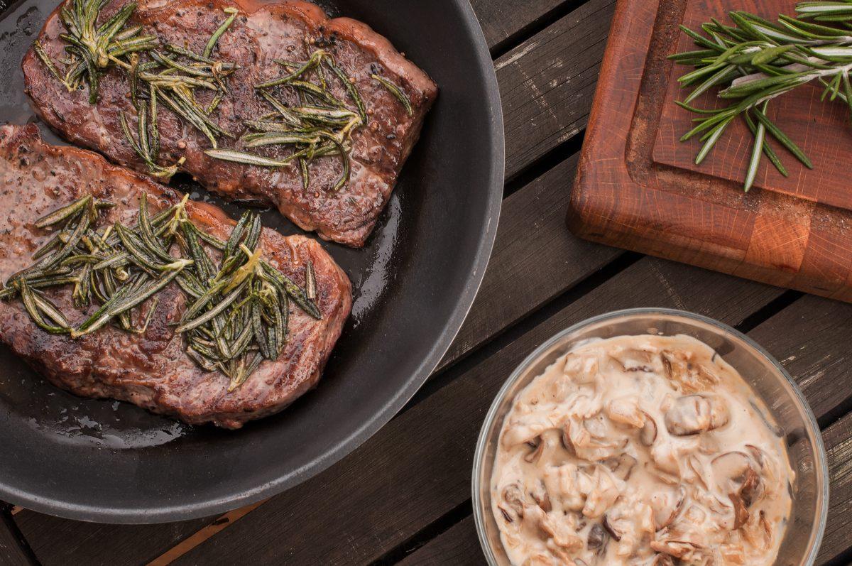 Steak s hříbkovou omáčkou