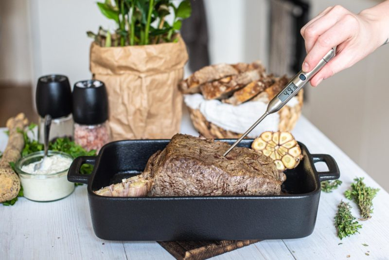 Pečený roastbeef s křenovou omáčkou v chlebu
